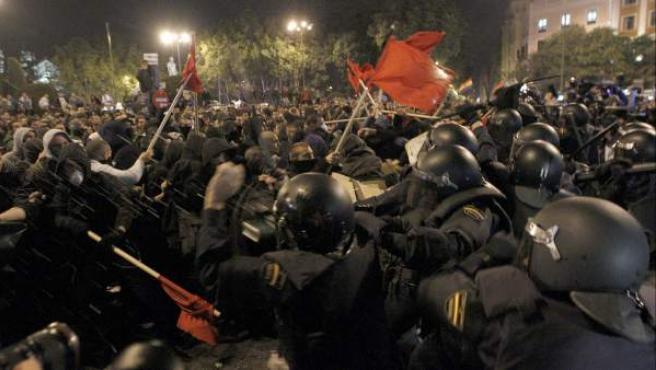 """Los antidisturbios de la Policía Nacional carga contra los manifestantes, esta noche en la madrileña Plaza de Neptuno, durante la marcha de protesta que la Coordinadora 25S y la Plataforma en Pie han convocado esta tarde en la capital en torno a la iniciativa """"Rodea el Congreso""""."""