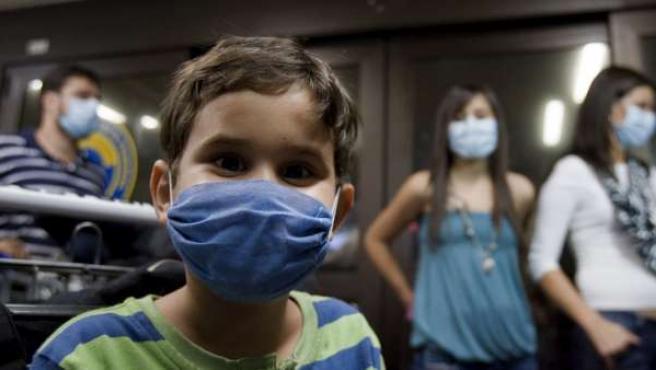 Un niño con mascarilla durante los meses en los que 'estalló' la pandemia de la gripe A por primera vez.