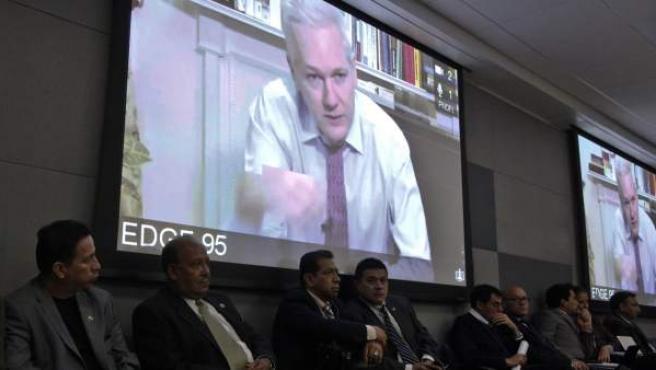 El fundador de Wikileaks, Julian Assange (en pantalla), habla mediante vídeoconferencia.