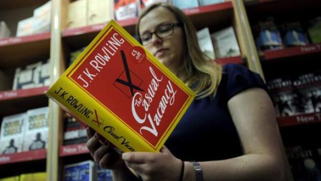 Una librera examina uno de los ejemplares del libro de la británica J.K. Rowling 'The Casual Vacancy' en Londres.