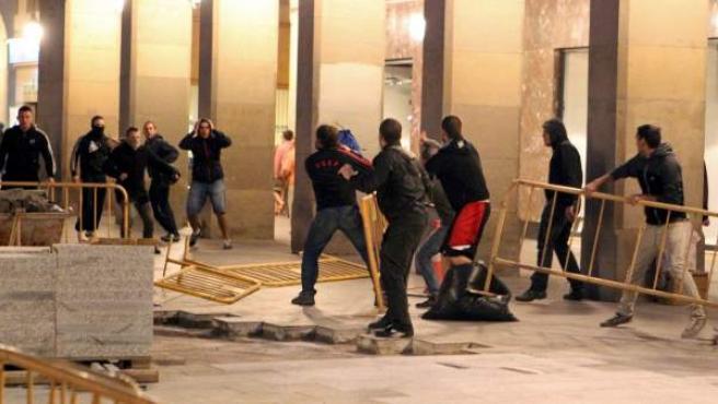 Un grupo de jóvenes (i) se enfrenta a otro grupo que salía de una charla ofrecida en la Universidad de Zaragoza por Oskar Matute, de Bildu y Juan Kruz Aldasoro, de Sortu