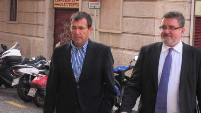 Miquel Nadal, junto a su abogado