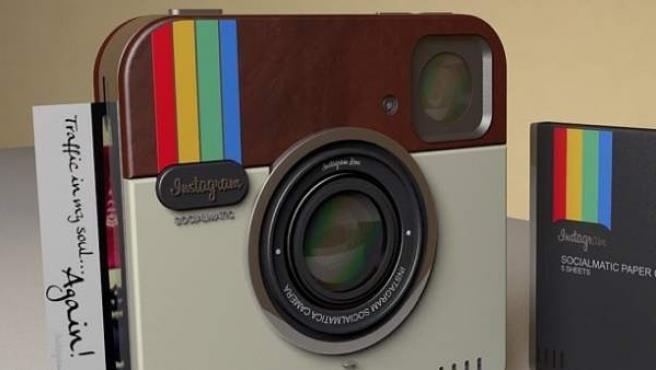 Cámara con el diseño del logotipo de Instagram.
