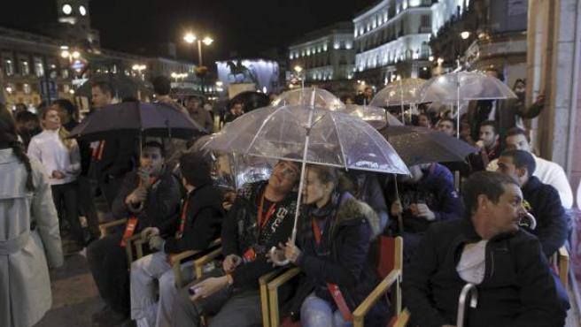 Usuarios de los teléfonos móviles de Apple esperan a las puertas de un establecimiento situado en la Puerta del Sol de Madrid, donde a las 00:00 horas de la madrugada del 28 de setiembre de 2012, se pone a la venta el nuevo terminal de la compañía estadounidense, el iPhone 5.
