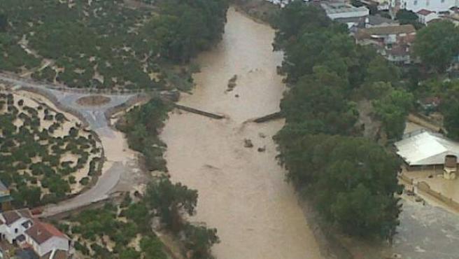 El puente de lata situado en Álora (Málaga) se ha roto a causa de las fuertes lluvias caídas en las últimas horas en la zonañ.