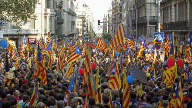 Miles de catalanes se manifiestan para reclamar independencia y un pacto fiscal.