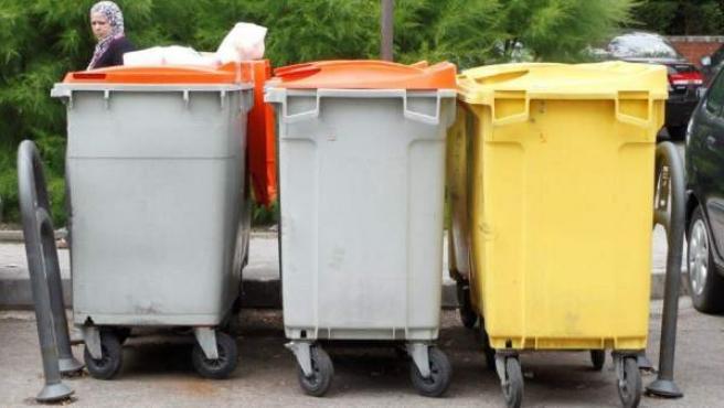 Varios contenedores de basura en una calle de Madrid.