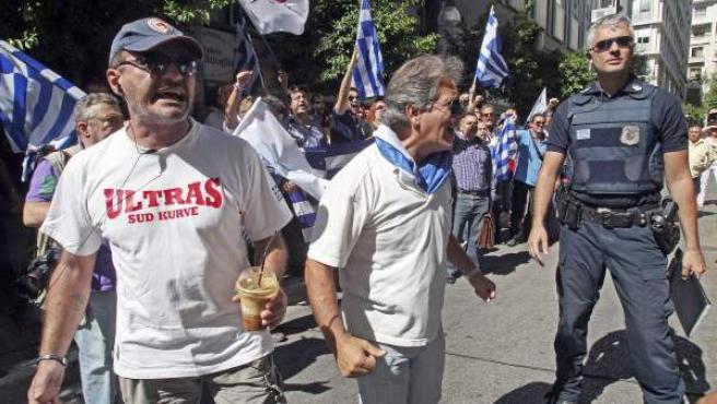 Los manifiestastens esperan a los representantes del FMI, Comisión Europea y el BCE, frente al ministerio griego de Finanzas en Atenas.