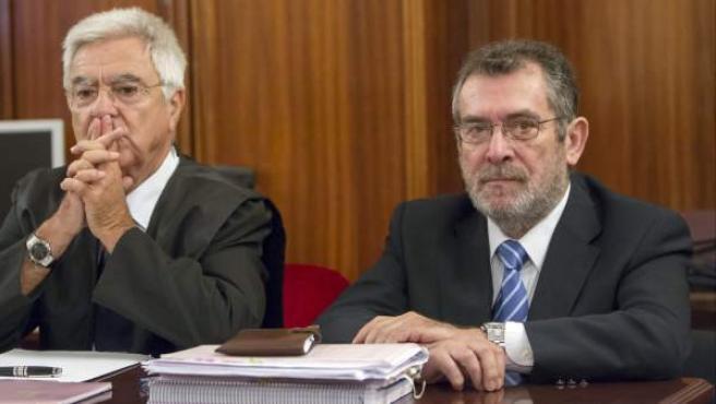 El exdelegado de Empleo A. Rivas, a la derecha, junto a su abogado.