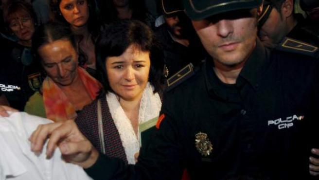 Ruth Ortiz (c), madre de José y Ruth, los dos niños de 2 y 6 años desaparecidos en octubre de 2011 en Córdoba, a su salida de la misa de Gloria celebrada en la Catedral de la capital cordobes.