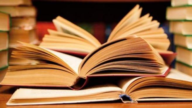 Libros en una biblioteca.
