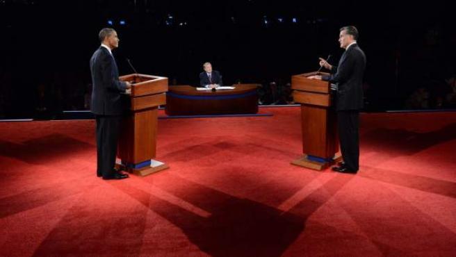 El candidato republicano, Mitt Romney (d), y el presidente de EE UU y aspirante a la reelección, Barack Obama (i), durante el primer debate presidencial el miércoles 3 de octubre de 2012, en la Universidad de Denver, en Denver, Colorado.