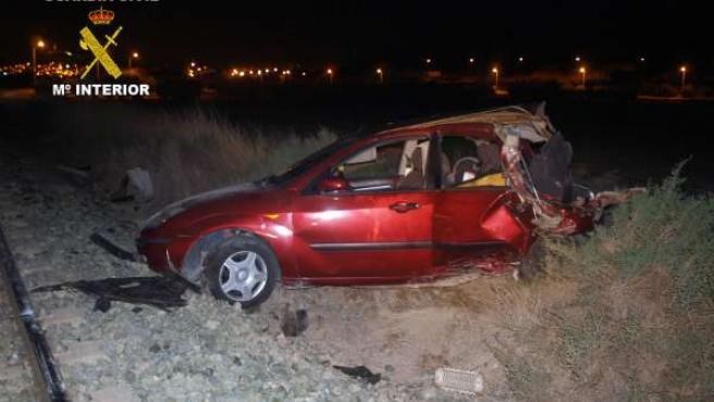 Estado del vehículo Turismo Ford Focus tras sufrir accidente y quedar sobre vía