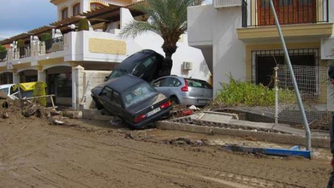 Coches dañados por las lluvias en Pueblo Laguna. Vera