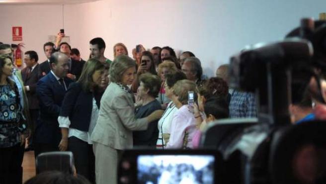 La Reina doña Sofía saluda a los afectados por el temporal en Málaga