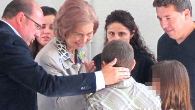 La Reina saluda a las víctimas de la riada de Puerto Lumbreras