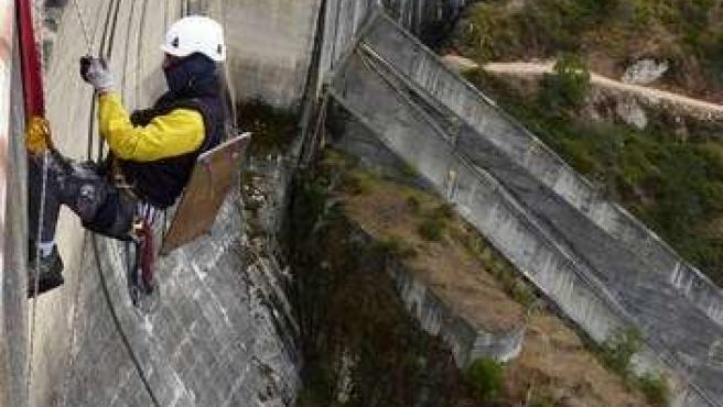 Colocación de la estructura para halcones en la presa de Almendra