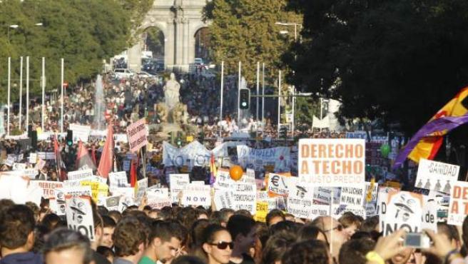La calle Alcalá que lleva a Cibeles, completamente abarrotada de personas durante la marcha del 15-O en Madrid.