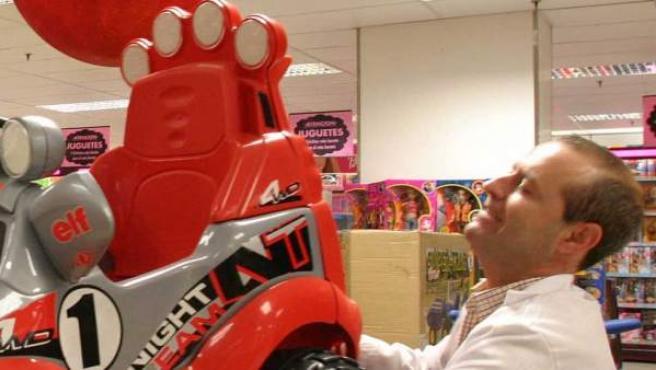 Un empleado de un centro comercial coloca un juguete.