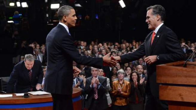 El presidente de EE UU y aspirante a la reelección, Barack Obama (i), y el candidato republicano, Mitt Romney, estrechan sus manos tras finalizar el primer debate presidencial.