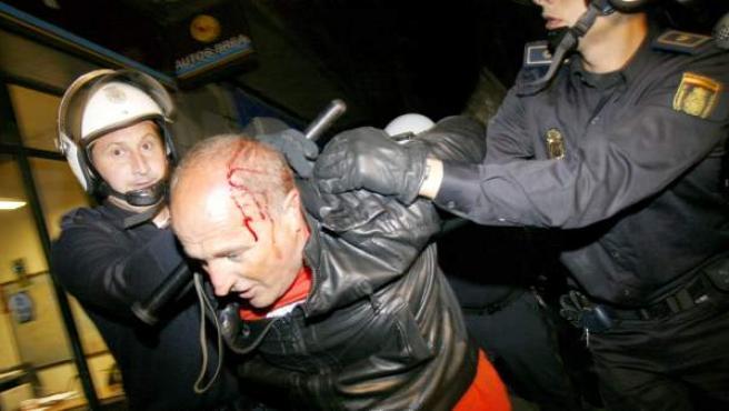 El sindicalista de CIG, Jesús Pintos, es detenido por la Policía Nacional durante los disturbios ocurridos tras la manifestación que los trabajadores de los astilleros de Navantia han protagonizado, esta noche, a las puertas del hotel Carris Almirante, en El Ferrol, donde el Partido Popular local celebraba el inicio de campaña electoral gallega.