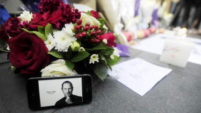 Flores en recuerdo de Steve Jobs.