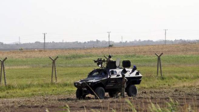 Varios soldados turcos patrullan cerca de la frontera con Siria en la región fronteriza suroriental de Akcakale, Sanliurfa (Turquía).
