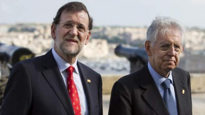 El presidente del gobierno español, Mariano Rajoy (i), y el primer ministro italiano, Mario Monti, en Malta.