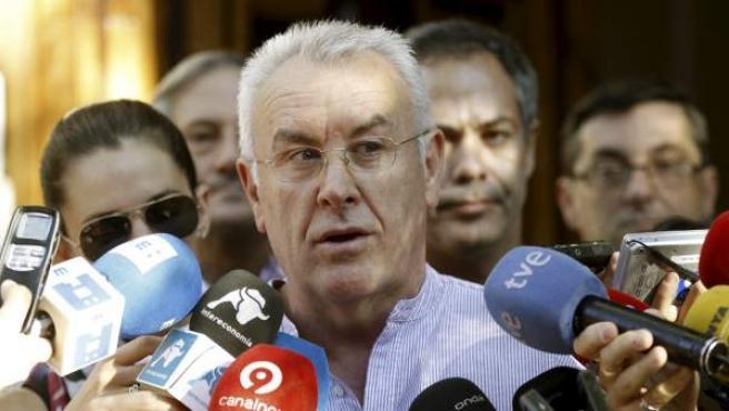 El coordinador federal de IU, Cayo Lara, hace declaraciones a los medios de comunicación momentos antes de iniciarse la manifestación convocada en Madrid contra los recortes del Gobierno.