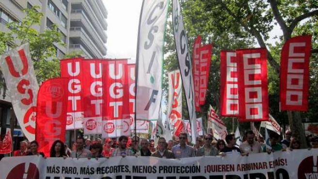 Portavoces sindicales portan la pancarta con el lema de la manifestación