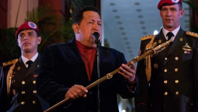 El presidente de Venezuela, Hugo Chávez, habla a la prensa después de sostener una reunión con el jefe de la misión de acompañamiento de la Unasur, Carlos Álvarez, en Caracas (Venezuela).