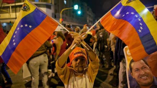 Seguidores del presidente de Venezuela y candidato a la reelección, Hugo Chávez, esperan, el domingo 7 de octubre de 2012, los resultados de las elecciones presidenciales venezolanas frente al palacio de Miraflores en Caracas(Venezuela).