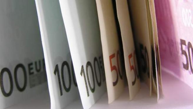 Varios billetes de cincuenta y cien euros.