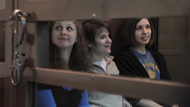 Las integrantes de Pussy Riot Maria Alyokhina (izq), Yekaterina Samutsevich (centro) and Nadezhda Tolokonnikova (dcha.) en el Tribunal Municipal de Moscú.