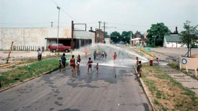 Niños jugando en una boca de incendios en 1995. En una foto del mismo lugar en 2012, se aprecia el crecimiento de la vegetación por lo poco transitado de la zona