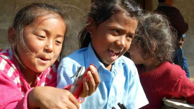 Niñas de Nepal recibiendo con material escolar