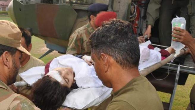 Fotografía cedida por la organización militar paquistaní Inter Services Public Relations (ISPR) el 9 de octubre 2012. Los médicos del ejército trasladan a Malala Yousafzai, la adolescente paquistaní que ganó un premio internacional por defender la educación de las mujeres a pesar de las amenazas talibanas, después de ser atacada a tiros en Swat fue trasladada a Peshawar (Pakistán).