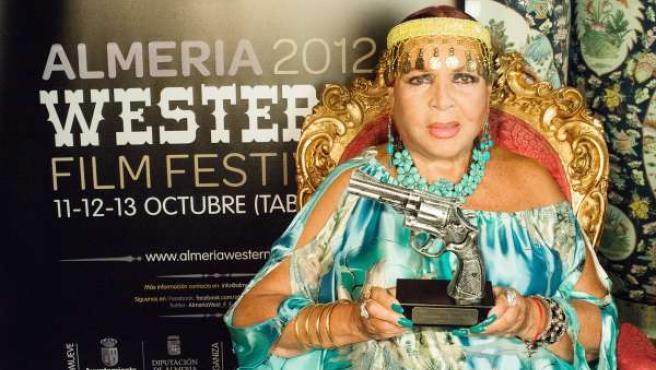 Sara Montiel Con El Premio Del Festival En La Mano