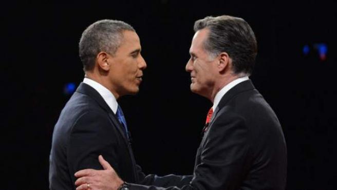 El presidente de EEUU, Barack Obama (i), y el candidato republicano, Mitt Romney (d), se saludan previo al primer debate presidencial, el miércoles 3 de octubre de 2012, en la Universidad de Denver, en Denver, Colorado. Este es el primero de tres debates presidenciales en el mes de octubre, a 35 días de los comicios generales.