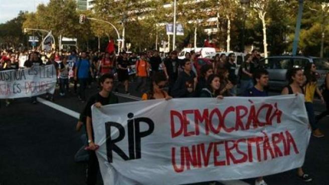 Estudiantes universitarios se manifiestan por las calles de Barcelona.