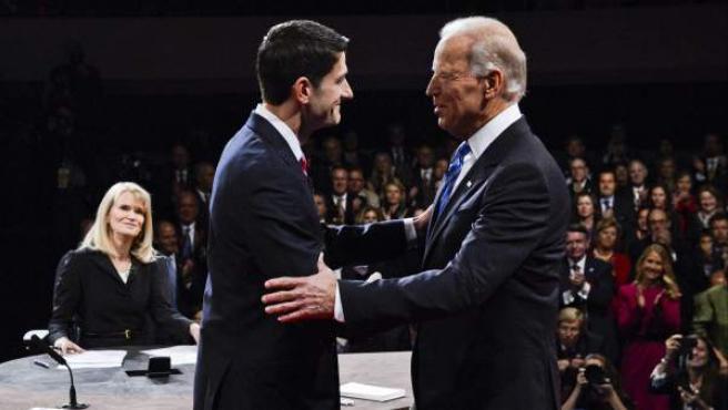 Los candidatos a la vicepresidencia de EE UU, el republicano Paul Ryan (c), y Joe Biden (d), demócrata y actualmente en el cargo, se saludan el jueves 11 de octubre de 2012, en el primer y único debate entre ambos, en presencia de la moderadora Martha Raddatz (i), en Danville (EEUU).