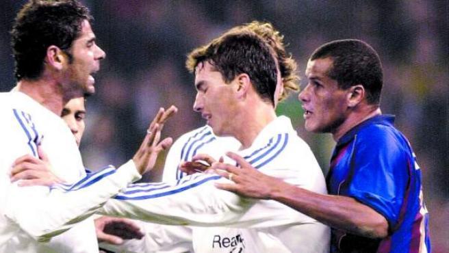 Pavón intenta calmar a Fernando Hierro frente a Rivaldo, durante un partido ante el FC Barcelona.