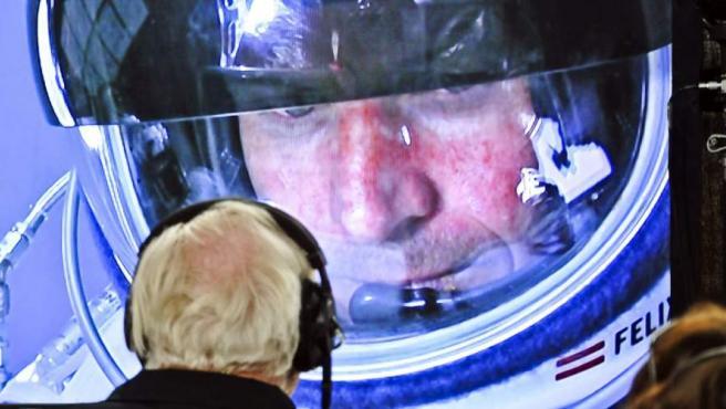 Baumgartner, desde la estratosfera, recibe órdenes.