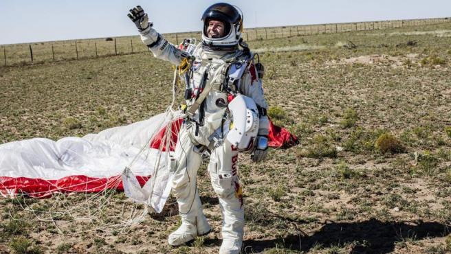 Felix Baumgartner celebra el salto a más de 39 km de altura.