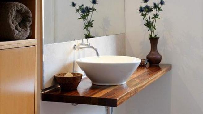 Diferente: solo el pequeño lavabo blanco nos recuerda que estamos en un baño.