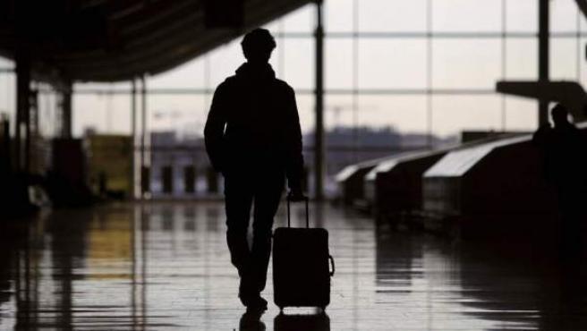 Imagen de una persona en un aeropuerto.