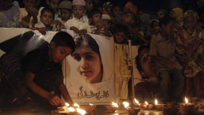 Paquistaníes encienden velas y rezan por la recuperación de Malala.