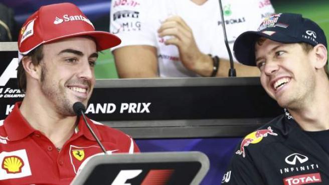 Fernando Alonso y Sebastian Vettel sonríen durante la presentación del Gran Premio de Corea.