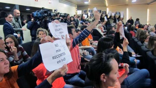 Investigadores muestran carteles en contra de los recortes