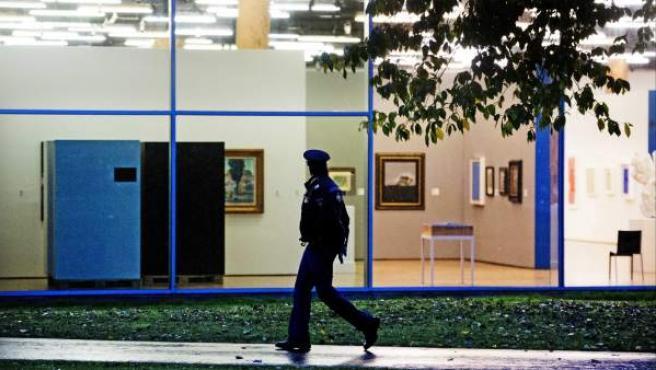 Un policía holandés camina frente al museo Kunsthal, en Rotterdam, Holanda.